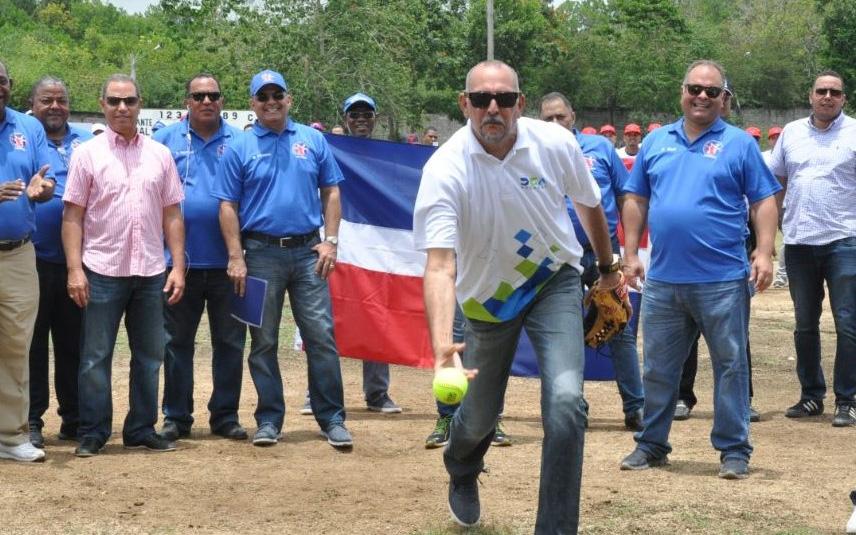 vinicio Muñoz lanza la primera bola