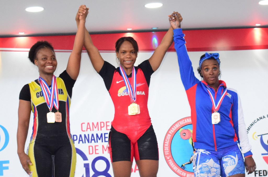 Desde la izquierda, las colombianas Jackelina Heredia y Nathalia Llamosa, junto a la cubana Marina Rodríguez en la premiación de los 63 kilos femeninos.