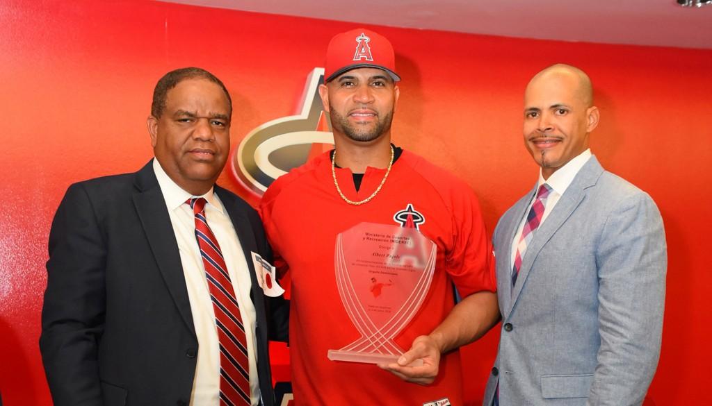 -El ministro de Deportes y Recreación Danilo Díaz entrega un trofeo a Albert Pujols en el estadio de los Angelinos de Los Ángeles en Anaheim.
