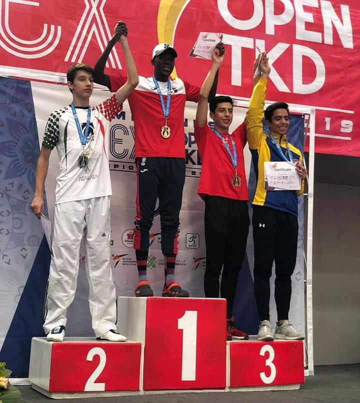 Luis Pie, con su medalla de oro, en el podium del Abierto de México G-1